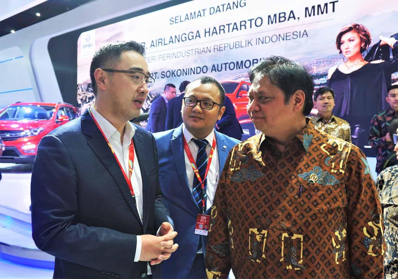 Kunjungan Menteri Perindustrian RI di booth DFSK pada Telkomsel IIMS 2019